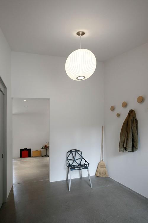 Một phòng phụ của ngôi nhà cũng được áp dụng nội thất phong cách tối giản.