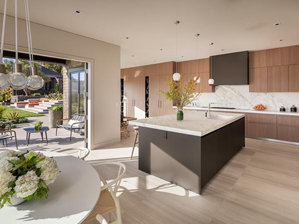 Nhà bếp hướng ngay ra khuôn viên tạo sự gần gũi với thiên nhiên