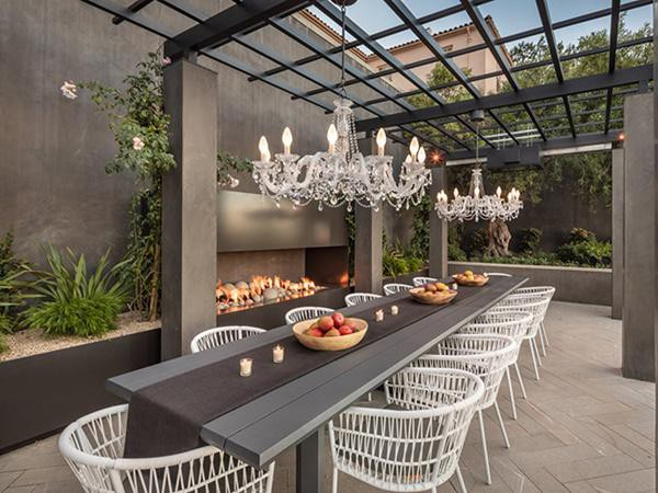 Khu vực sân hiên có hẳn bàn ăn uống riêng biệt được trang trí chi tiết và tinh tế