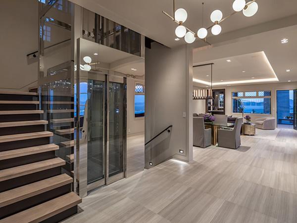 Ngôi nhà có bốn tầng, tất cả đều đi lại bằng thang máy cửa kính