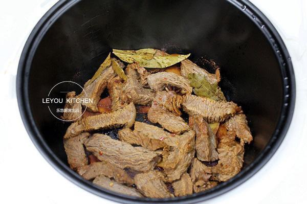 """Đậy nắp và ấn nút nấu cơm như thông thường, sau khoảng 15 phút khi nồi cơm đã báo chín, bạn ấn thêm nút """"hâm nóng"""" trong vòng 5 phút để thịt bò khô hơn."""