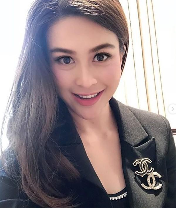 Nursara từng đoạt ngôi Á hậu 1 và giải thưởng phụ Người đẹp ảnh trong cuộc thi Miss Universe Thái Lan 2005.