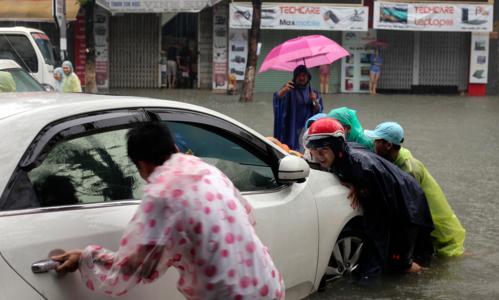 Hàng loạt ô tô, xe máy bị hư hỏng khi phố biến thành sông. Ảnh: VnExpress