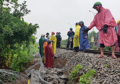 Đường sắt qua Đà Nẵng sạt lở sau mưa lớn.
