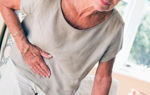 Người bệnh viêm đường tiết niệu thường bị tiểu gắt, bụng ậm ạch, khó chịu. Ảnh minh họa