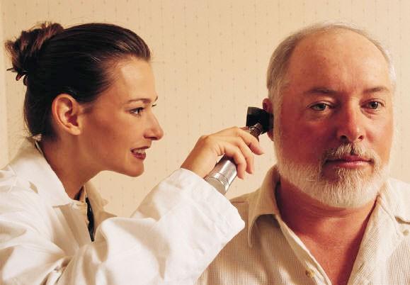 Ở cùng lứa tuổi nam giới thường bị điếc nặng hơn nữ giới, tùy vào môi trường sống và các điều kiện khác nhau mà tình trạng điếc xảy ra sớm muộn hay nặng nhẹ khác nhau ở từng người. Ảnh minh họa