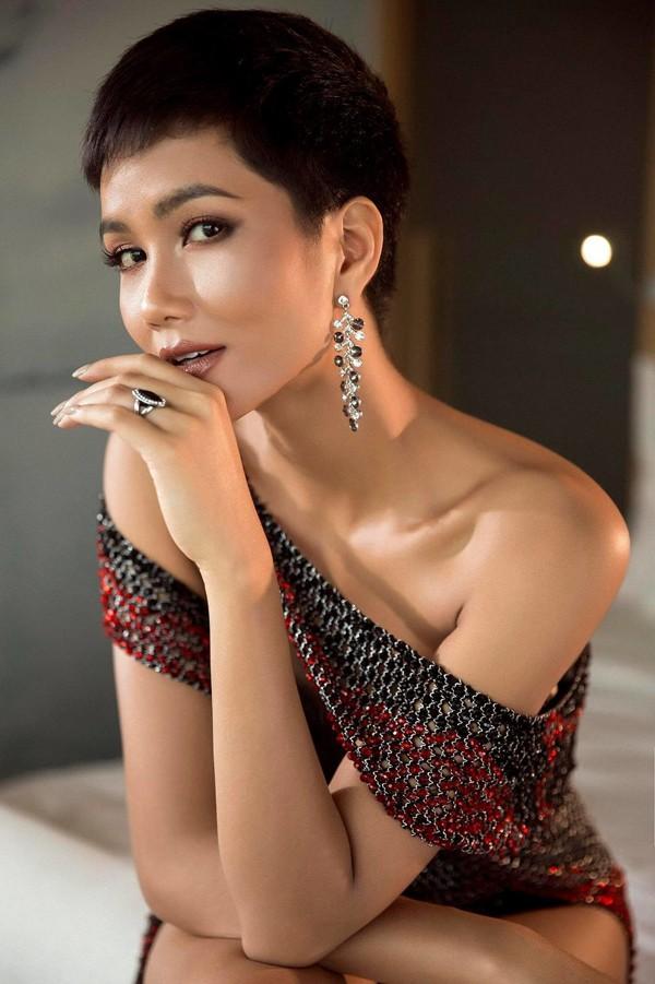 Hhen Niê là cô gái có nhiều trải nghiệm trong cuộc sống. Hành trình từ cô gái sống trong buôn làng, đến thành phố học, đi bưng bê nhà hàng, làm vệ sĩ, ở nhà trọ cũ rách đến Hoa hậu Hoàn vũ Việt Nam khiến nhiều người hâm mộ.