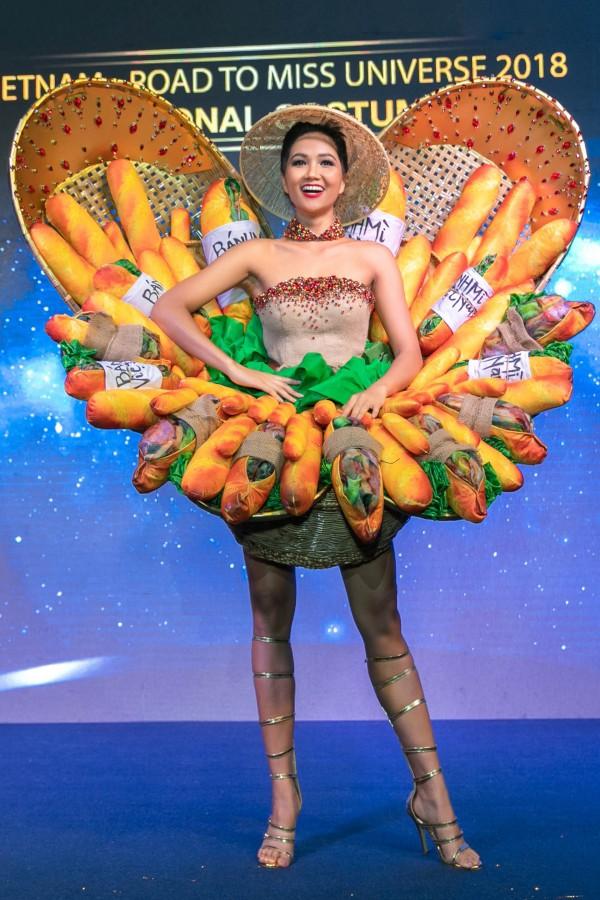Hhen Niê hào hứng với trang phục bánh mỳ gây tranh cãi.