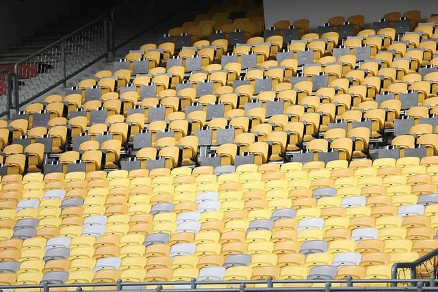 Ghế khán đài sân Bukit Jalil được lau chùi sạch sẽ chuẩn bị cho trận đấu tối nay.