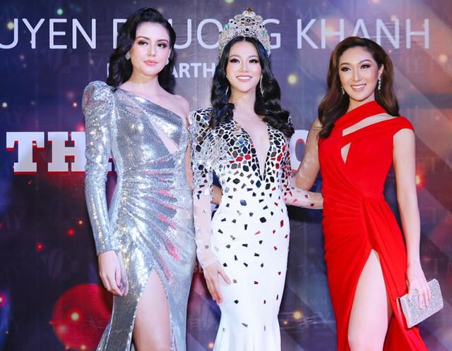 Phương Khánh cùng 2 vị khách: Á hậu Trái đất 2016 Michelle Gomez và Hoa hậu Trái đất 2017 Karen Ibasco