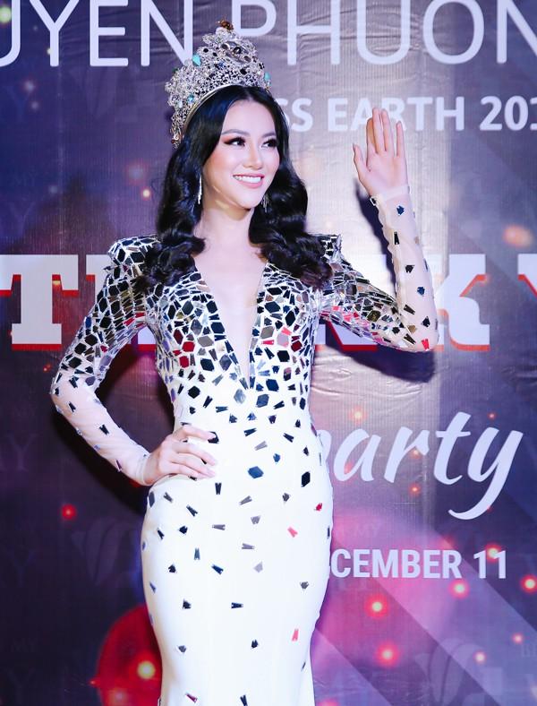 Người đẹp hạnh phúc vì đông đủ bạn bè, người thân và các cộng sự đã hỗ trợ cô thi Miss Earth 2018 đều có mặt.