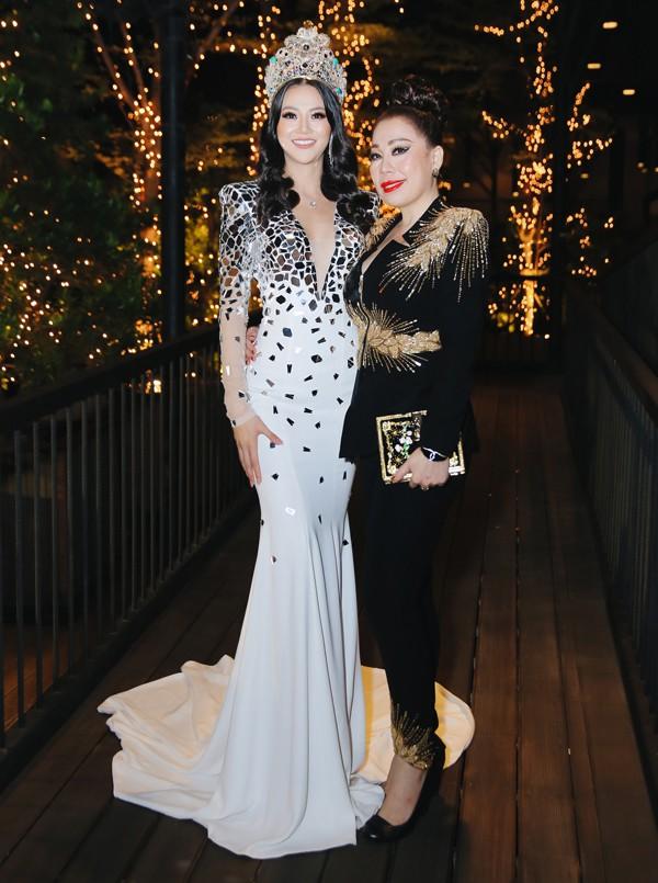 Nhà thiết kế Linh San từng hỗ trợ trang phục dân tộc, trang phục dạ hội cho Phương Khánh trong chung kết Miss Earth 2018.