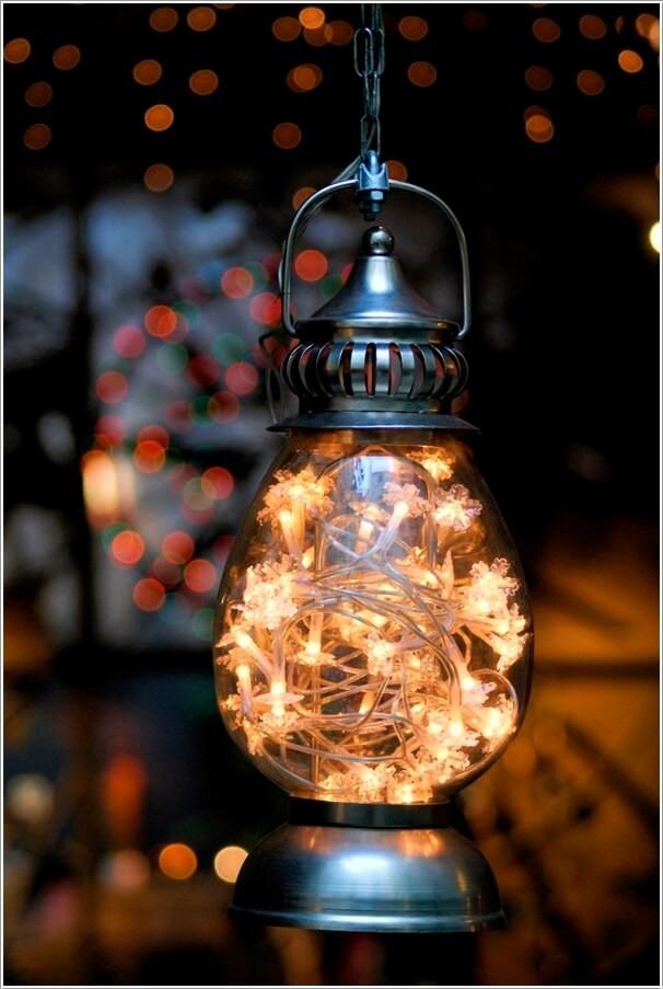 7. Chọn chiếc đèn dầu cỡ lớn có thủy tinh bao bọc xung quanh, bỏ một vài chiếc đèn LED, ngôi nhà mùa hè sẽ lung linh, lấp lánh ánh sáng nhờ ý tưởng tuyệt vời này.