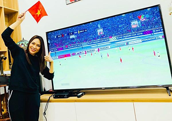 Mỹ Tâm cùng người thân và bạn bè xem trận đấu tại nhà riêng.