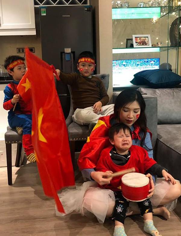 Hoa hậu Phí Thuỳ Linh khó xử bởi cậu con trai thứ hai trong lúc xem bóng đá lại khóc nhè.