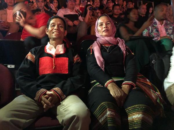 Bố mẹ Hhen Niê có mặt từ sớm để cổ vũ cho con gái.