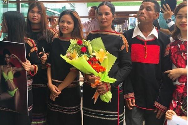 Bố mẹ Hhen Niê đón con gái về quê hương vào năm 2017.