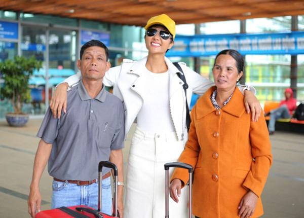 Hhen Niê đưa bố mẹ lên TP.HCM chơi.