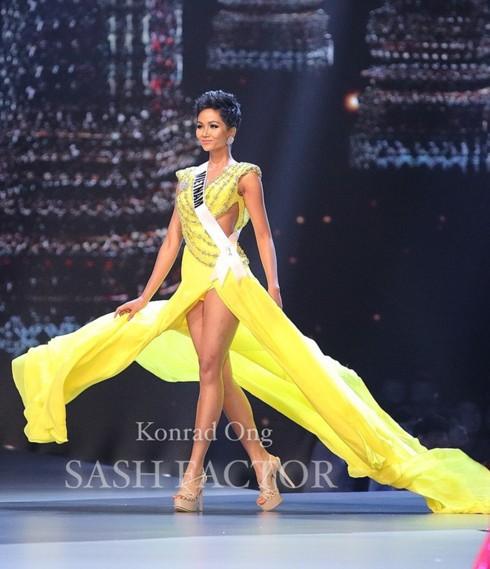 HHen Niê đã ghi dấu ấn đặc biệt trong suốt quá trình dự thi, đặc biệt hình ảnh xoay váy đầy tự tin trong đêm bán kết