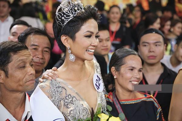 Người đẹp Hhen Niê hạnh phúc trong vòng tay cha mẹ khi đăng quang Hoa hậu Hoàn Vũ Việt Nam 2017.
