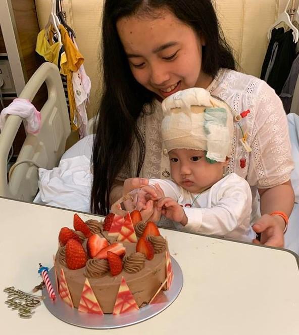 Bé Quyết đón sinh nhật 1 tuổi trong bệnh viện. Ảnh: TL