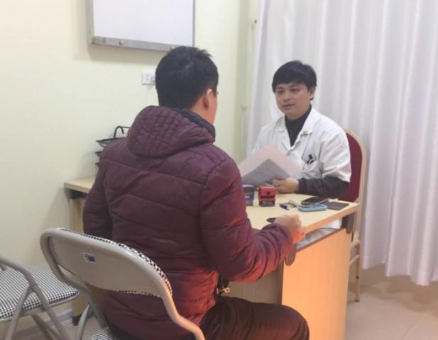 Bác sĩ thăm khám cho bệnh nhân tại Trung tâm Nam học.
