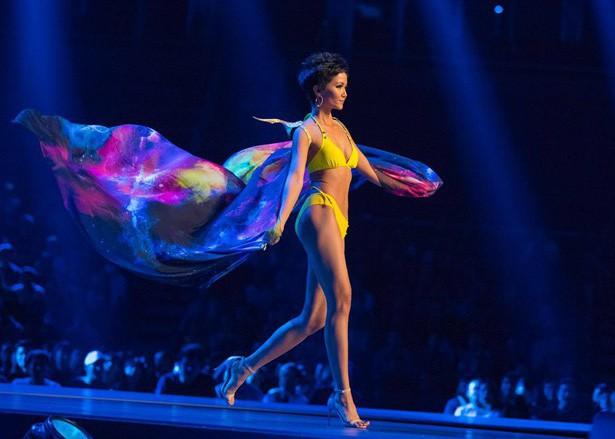 Top 10 trình diễn bikini, H'hen Niê rất nổi bật với vóc dáng quyến rũ và trang phục màu vàng nổi bật.