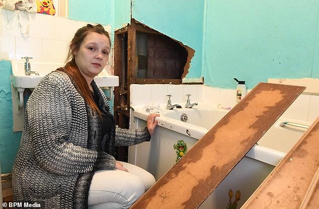 Người phụ nữ 25 tuổi phải chịu đựng đống chất thải trong phòng tắm của mình vì lý do cống thoát nước trong căn hộ bị trào ngược
