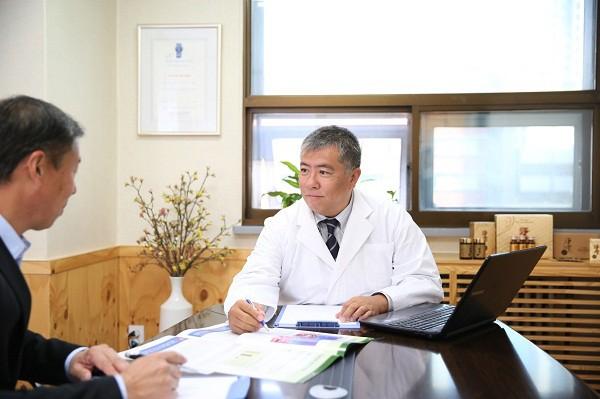 TS BS Daisuke Tachikawa đồng hành cùng bệnh nhân trong quá trình điều trị bệnh