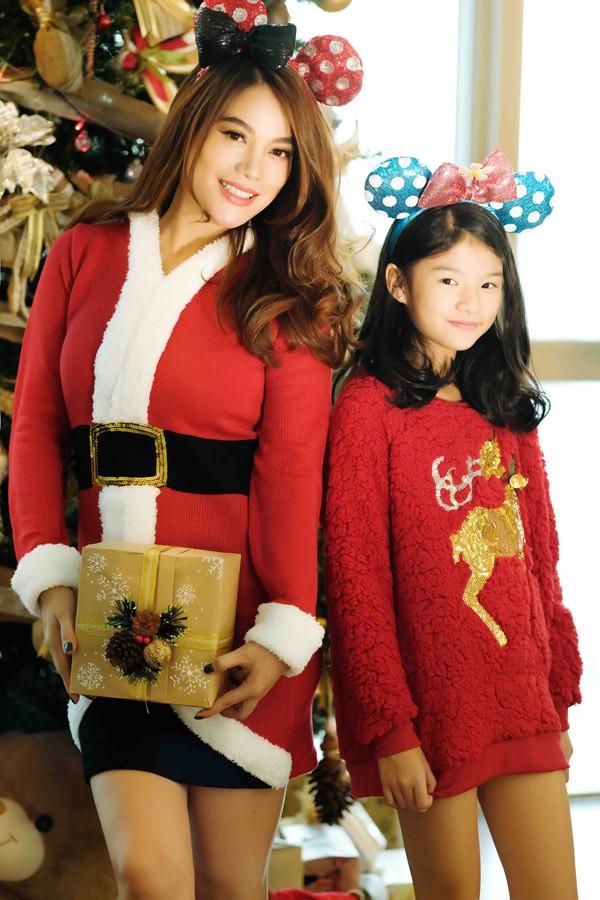 Bảo Tiên đã lớn nên rất hào hứng phụ giúp mẹ làm cây thông Giáng sinh.