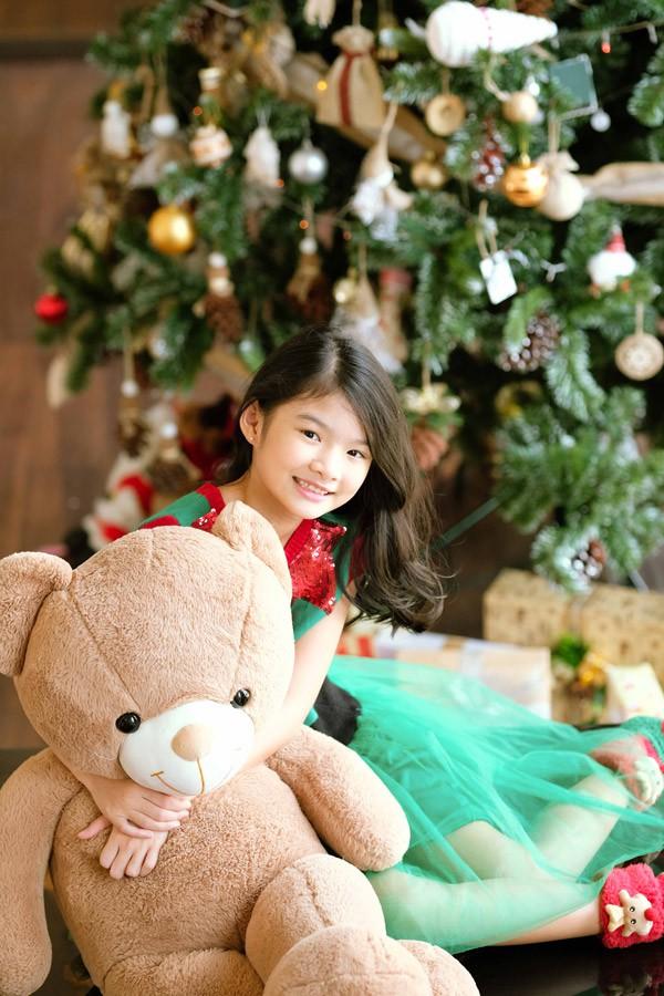 Trương Ngọc Ánh tâm sự, cô rất tự hào bởi con gái luôn có thành tích học tập tốt, đồng thời phát triển tốt nhiều năng khiếu như hát, múa, diễn kịch... Biết con gái có đam mê với nghệ thuật nhưng nữ diễn viên không ép cô bé nối nghiệp bố mẹ.