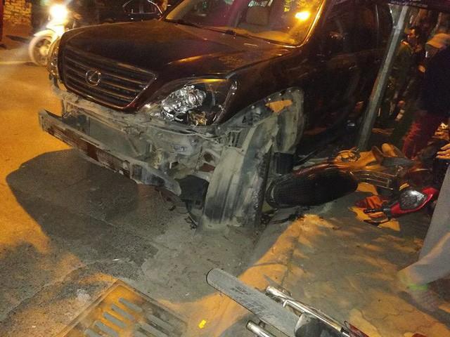 Xe Lexus đâm hàng loạt xe máy trên đường Trích Sài.