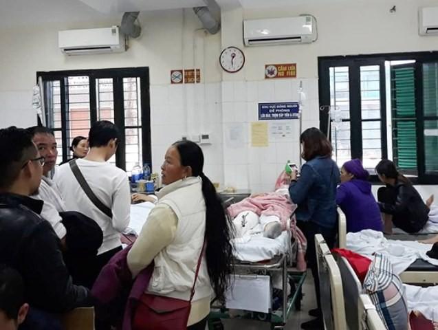 Người nhà các nạn nhân có mặt tại bệnh viện.