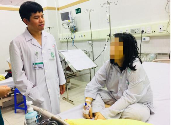 BS khoa Hồi sức tích cực, BV Bạch Mai đang thăm khám cho bệnh nhân V.H.N. Ảnh: BVCC