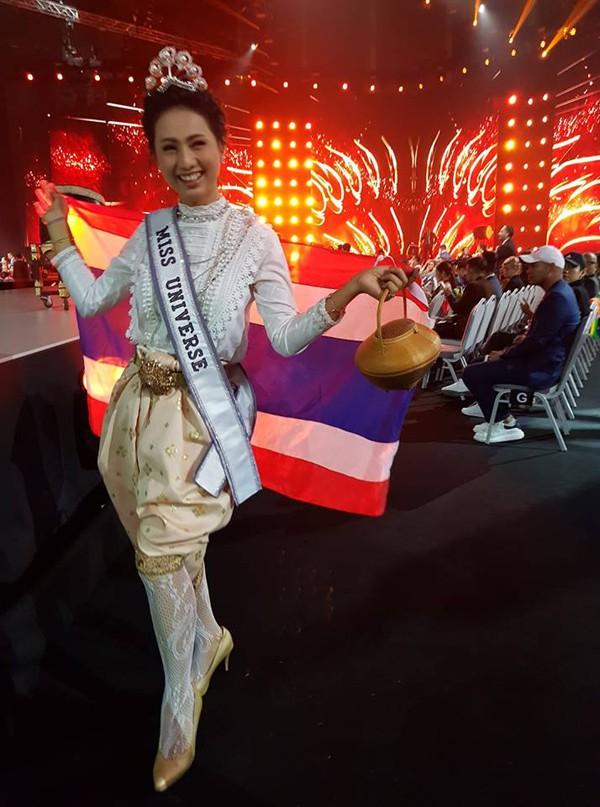 Phimnipha Deckhul vào tận bên trong sân khấu Miss Universe 2018 chụp ảnh.