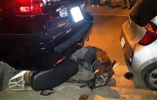 Chiếc xe honda Lead vẫn bị mắc kẹt trong gầm xe Lexus.