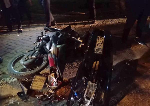 Phần đầu xe Lexus 29A-742.75 rơi tại hiện trường vụ tai nạn liên hoàn trên phố Trích Sài.
