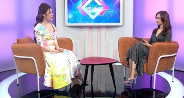 Thư Dung trò chuyện với MC trong chương trình Giờ giải trí.