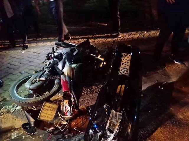 Phần cản trước xe Lexus đã bị rời ra sau hàng loạt va chạm, nhiều mảnh vỡ xe máy vụn nát nằm rải rác trên đường.