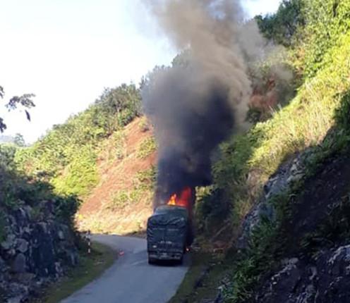 Chiếc xe chở gạo bốc cháy dữ dội.