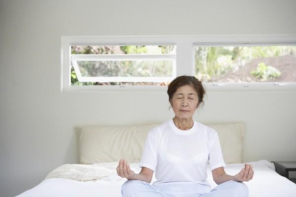 Thực hiện các bài tập thể dục nhẹ nhàng, đi bộ, xoa bóp, mát xa... rất tốt cho tuổi già và giấc ngủ.