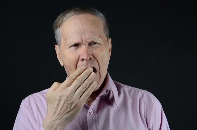 Người cao tuổi không ngủ đủ giấc hoặc không ngủ ngon vào ban đêm có thể dẫn đến trầm cảm, giảm chú ý, các vấn đề về trí nhớ cũng như tình trạng buồn ngủ vào ban ngày