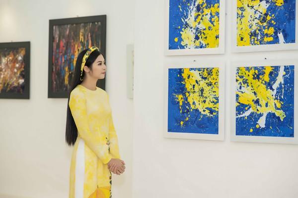 Hoa hậu Ngọc Hân thưởng lãm tranh của Cao Minh Tiến.