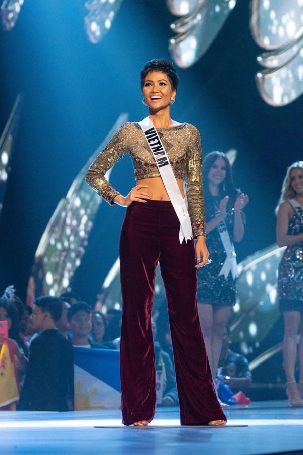 HHen Niê gây ấn tượng mạnh trong đêm chung kết Miss Universe ngày 17/12.