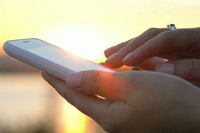 Nguyên nhân khiến Tiểu Hoàng bị tổn thương võng mạc là do thường xuyên sử dụng điện thoại dưới ánh nắng mặt trời