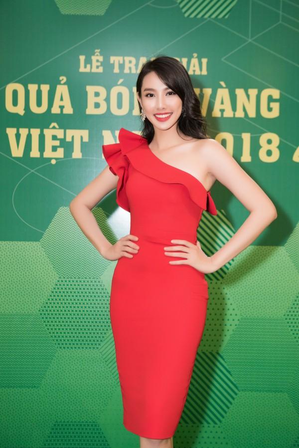 Nguyễn Thúc Thùy Tiên - Top 5 Hoa hậu Việt Nam 2018 diện váy lệch vai đến tham dự chương trình.