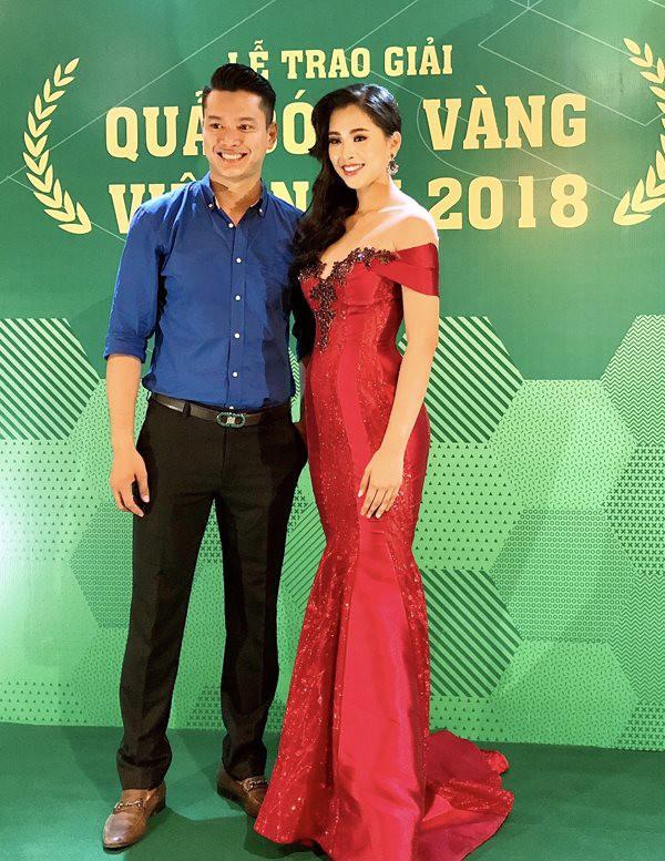 Siêu mẫu Hồ Đức Vĩnh vui vẻ hội ngộ Hoa hậu Tiểu Vy trong sự kiện.