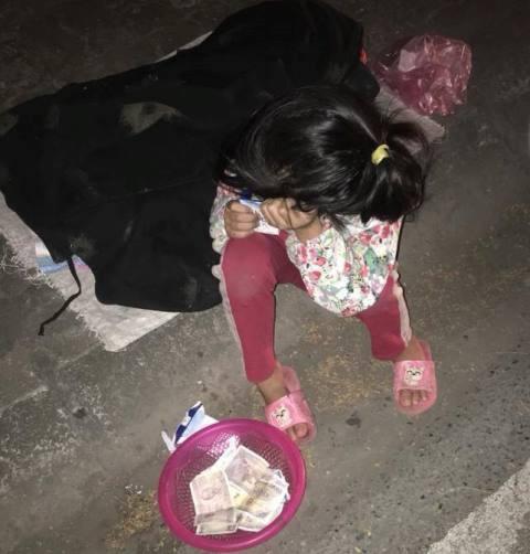 Mới 5 tuổi nhưng bé gái đã phải lang thang khắp đường phố xin tiền về cho bà thuốc thang. Ảnh: H.P