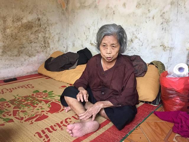 Trước đây bà Quang đi xin tiền nuôi cháu. Giờ bị liệt chân nên chấp nhận cảnh cháu đi xin tiền về nuôi bà...