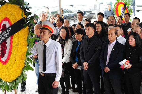 Nghệ sĩ Xuân Bắc cùng Nhà hát Kịch Việt Nam - nơi NSND Anh Tú công tác vào viếng